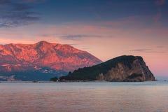 Landschaft der Küste: Insel und Berge Sveti Nikola bei Sonnenuntergang Stockbild