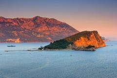 Landschaft der Küste: Insel und Berge Sveti Nikola bei Sonnenuntergang Lizenzfreies Stockfoto