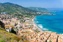 Landschaft der Küste von Cefalu in Italien lizenzfreie stockfotos