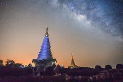 Landschaft der Milchstraße auf Berg Doi Inthanon, Chiang Mai, thailändisch Lizenzfreie Stockfotos