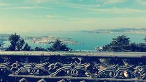 Landschaft der schönen Ansicht von einem Zaun lizenzfreie abbildung