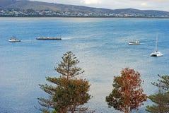 Landschaft der Segelboote nähern sich der Granit-Insel, Siegers-Hafen, Südaustralien, Australien Lizenzfreies Stockbild
