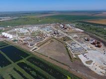 Landschaft der Stadt von Slavyansk im Kuban Die Behandlungsart Anlagen und Erdölraffinerie Lizenzfreie Stockfotografie