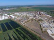 Landschaft der Stadt von Slavyansk im Kuban Die Behandlungsart Anlagen und Erdölraffinerie Stockbild