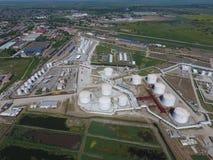 Landschaft der Stadt von Slavyansk im Kuban Die Behandlungsart Anlagen und Erdölraffinerie Stockfoto