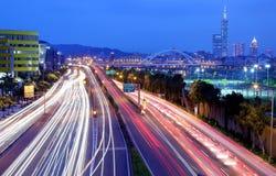 Landschaft der Taipeh-Stadt, des Xin-Yi-Bezirkes und des Stadtzentrums mit der MacArthur-Brücke und der Autoversuche auf Graben-A Stockbilder
