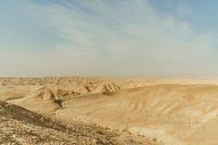 Landschaft der trockenen Wüste des Gebirgshügels in Israel Tal des Sandes, der Felsen und der Steine im heißen Tourismusplatz Mit lizenzfreies stockbild