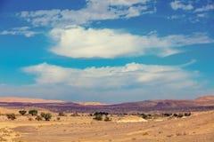 Landschaft der Wüste, trockenes Flussbett lizenzfreie stockbilder