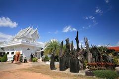 Landschaft der weißen Tempelarchitektur und -gartens Stockbilder