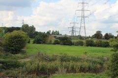 Landschaft des Ackerlands mit Mast im September Stockfotografie