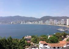 Landschaft des Bereichs golden in der Bucht von Acapulco, an einem sonnigen Tag und mit dem blauen Himmel Stockfotografie