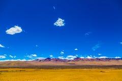 Landschaft des Berges auf Qinghai-Hochebene, China stockfotos