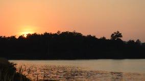 Landschaft des Berges auf Sonnenuntergang in Wang Bon-Reservoir Thailand stock video