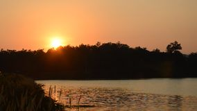Landschaft des Berges auf Sonnenuntergang in Wang Bon-Reservoir Thailand stock footage