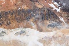 Landschaft des Berges im Bereich der hei?en Quelle mit etwas Dampf stockfotos