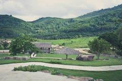 Landschaft des Berges und des Bauernhofes, Weinlese Stockfotografie