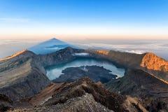 Landschaft des Bergs Rinjani, des aktiven Vulkans und des Kratersees vom Gipfel bei Sonnenaufgang, Lombok - Indonesien Stockfoto