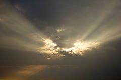 Landschaft des bewölkten Himmels, der Sonnenstrahl hat Stockfoto