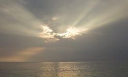 Landschaft des bewölkten Himmels, der Sonnenstrahl und Meerwasser hat Lizenzfreie Stockfotografie