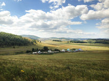 Landschaft des Dorfs in einem Tal zwischen Bergen Stockbild