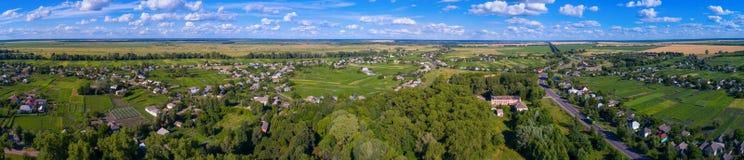 Landschaft des Dorfs von einer Höhe Stockbild