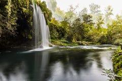 Landschaft des Duden-Wasserfalls in Antalya, die Türkei stockfotos