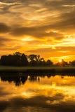 Landschaft des frühen Morgens, Himmel, der im See sich reflektiert Stockfoto