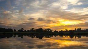 Landschaft des frühen Morgens, Himmel, der im Seeschauen sich reflektiert Lizenzfreie Stockfotos