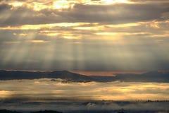 Landschaft des Gebirgszugs mit Morgennebel Lizenzfreie Stockfotos