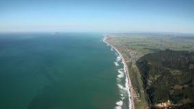 Landschaft des grünen Berges und Ozean fahren Ansicht vom Hubschrauber in Neuseeland die Küste entlang stock video footage
