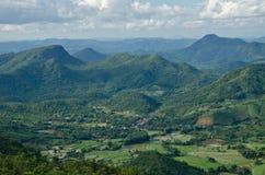 Landschaft des grünen Gebirgszugs stockbild