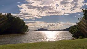 Landschaft des grünen Naturparks mit See am sonnigen Tag und an der weißen Wolke Entspannen Sie sich Zeit Stockbilder
