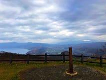 Landschaft des Hügels, der Stadt und des Sees Lizenzfreie Stockfotos