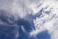 Landschaft des Himmels mit schönen weißen Wolken Lizenzfreie Stockfotografie
