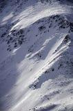Landschaft des Hochgebirges mit Schnee- und Wolkenatmosphäre Lizenzfreie Stockfotografie