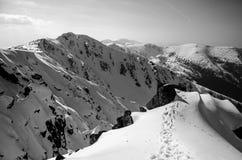 Landschaft des Hochgebirges mit Schnee- und Wolkenatmosphäre Lizenzfreie Stockfotos