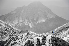 Landschaft des Hochgebirges mit Schnee- und Wolkenatmosphäre Stockbild
