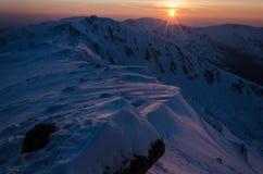 Landschaft des Hochgebirges mit Schnee- und Wolkenatmosphäre und mit sunsut Stockfotos
