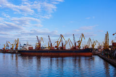Landschaft des industial Seehafens am sonnigen Tag Stockfotografie