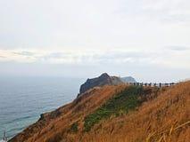 Landschaft des Kaps Kamui und des blauen Meeres mit Wolke lizenzfreie stockbilder