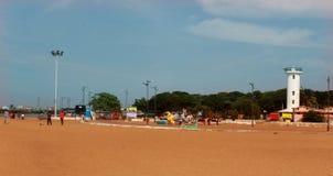 Landschaft des karaikal Strandes mit Leuchtturm lizenzfreies stockfoto