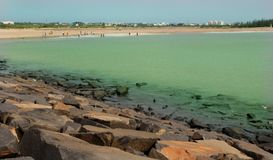 Landschaft des karaikal Strandes mit Steinweise lizenzfreie stockfotografie