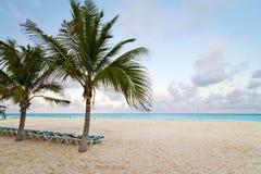 Landschaft des karibischen Strandes am Sonnenaufgang Lizenzfreies Stockfoto