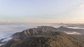 Landschaft des Morgen-Nebels mit Gebirgsschicht bei n?rdlich von Thailand stockfoto