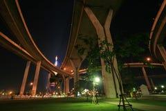 Landschaft des Nachtparks unter Bhumibol Brücke Lizenzfreies Stockfoto