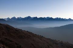 Landschaft des nebelhafter Gebirgsfrühen Morgens herein Lizenzfreie Stockfotografie