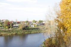 Landschaft des russischen Dorfs Fluss-Ausflüge Stockfotografie