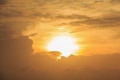 Landschaft des schönen bewölkten Himmels an der Dämmerung Stockbild