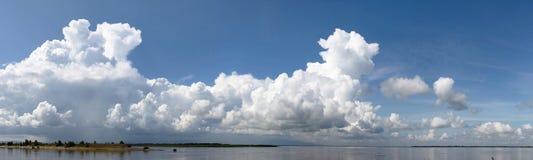 Landschaft des schönen Flusssommertages panoramisch Stockbild