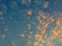 Landschaft des schönen Himmels und des blauen Himmel- und Gelbenhimmels Lizenzfreies Stockfoto